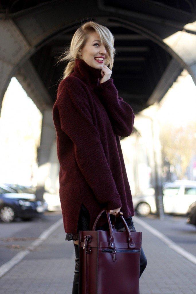 пальто и сумка цветом марсала