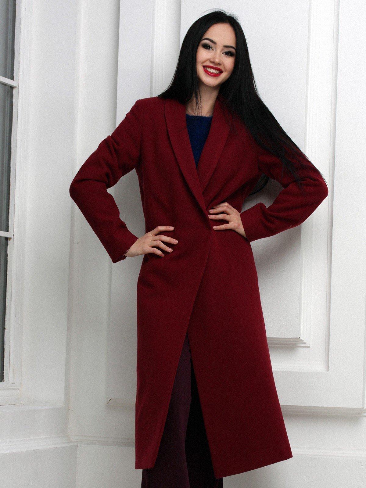 пальто цветом марсала