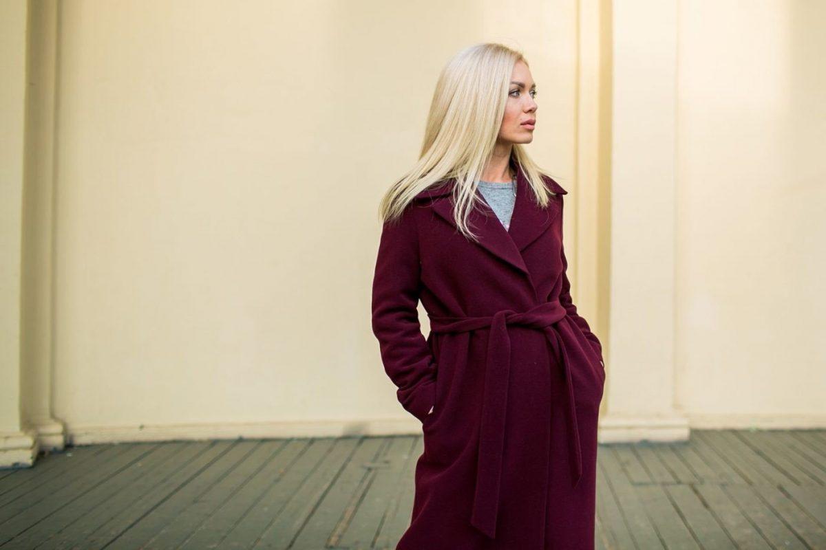 пальто цветом марсала с поясом