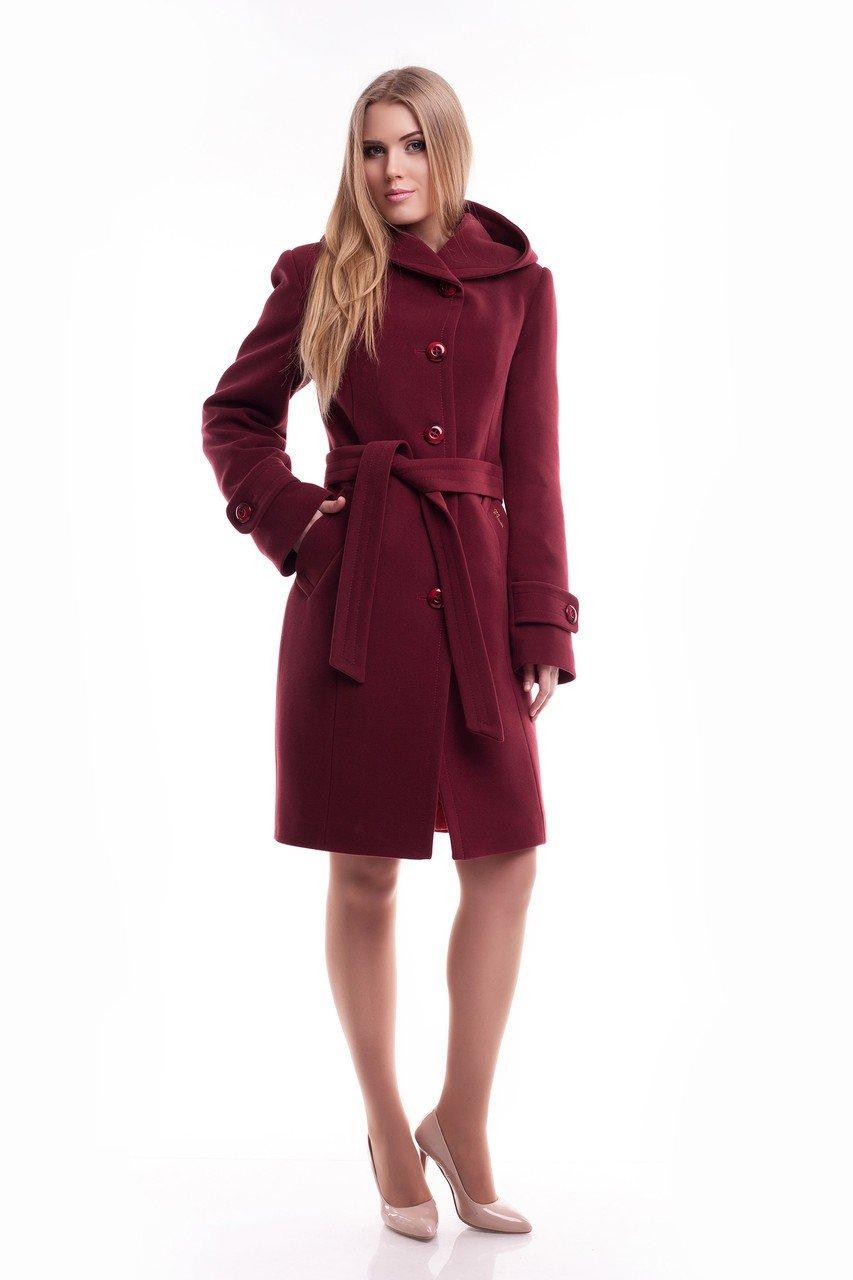 пальто цветом марсала с поясом и пуговицами