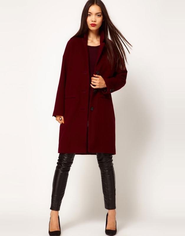 пальто цветом марсала на пуговицах