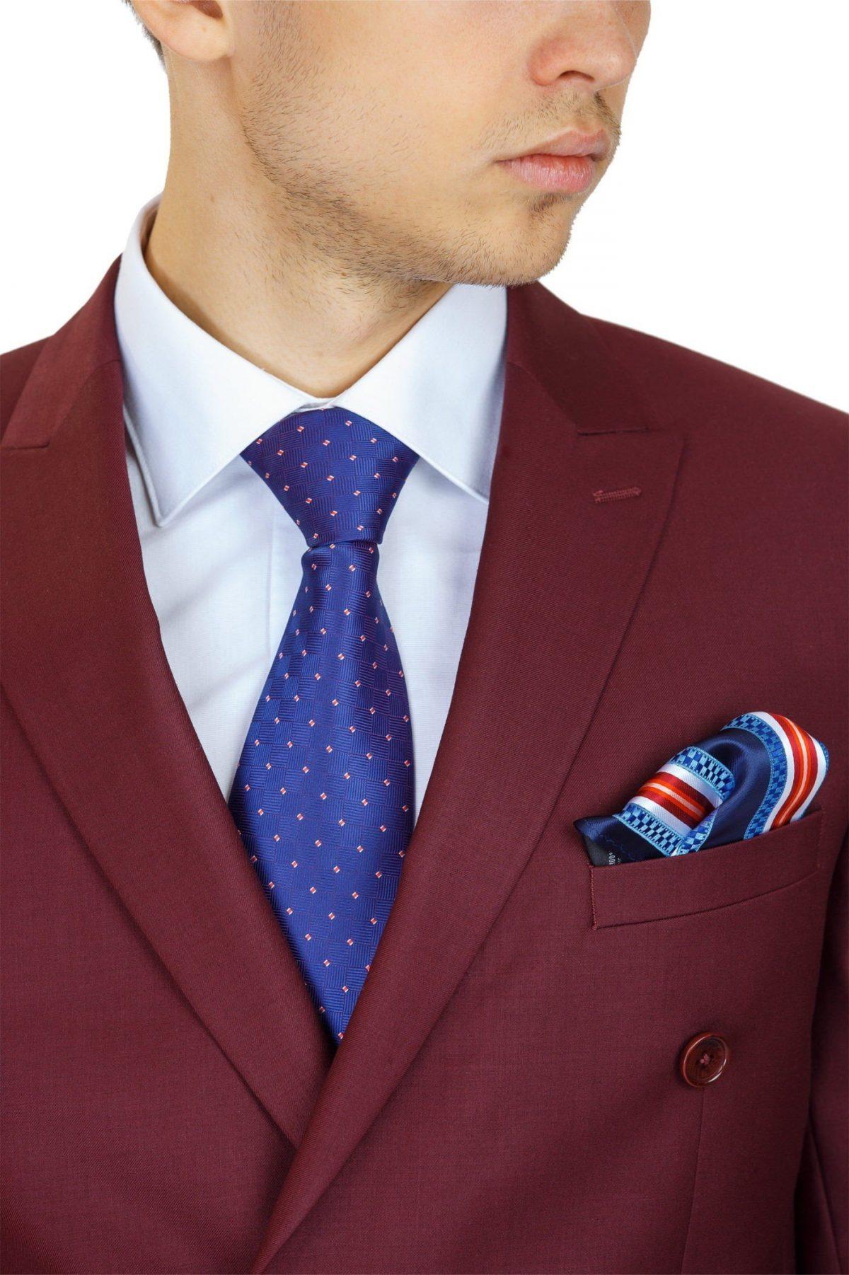 Мужской костюм цветом марсала белая рубашка и синий галстук
