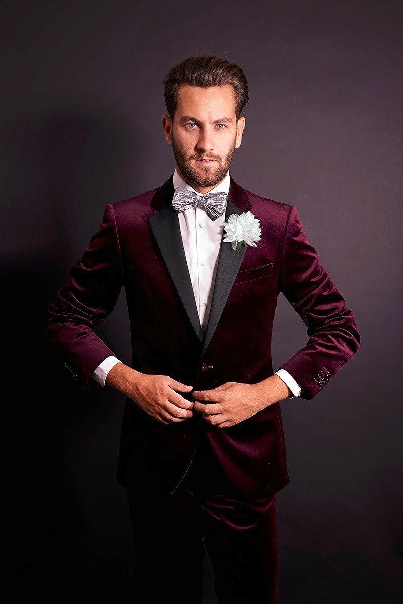 Мужской костюм цветом марсала с белой рубашкой и бабочкой