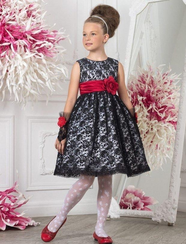 детское праздничное платье серого цвета с красным поясом
