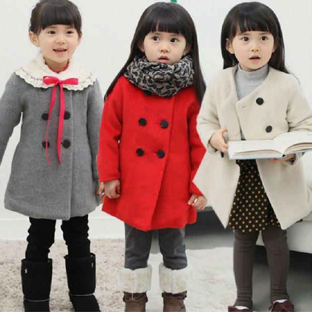 детское пальто серого,красного, белого цвета с пуговицами