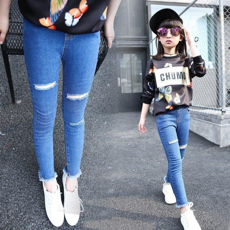 синие джинсы драные