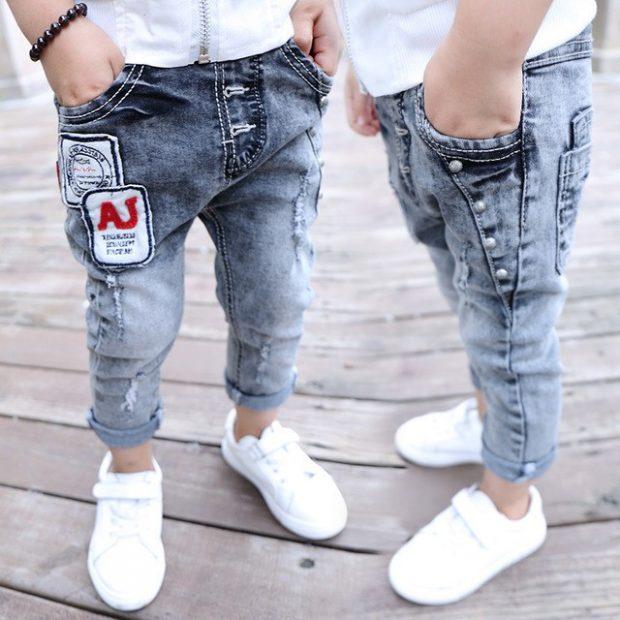 детские синие джинсы потертые