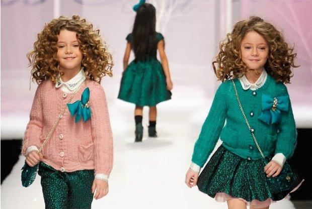 Детская мода 2019 2020: розовая кофта и зеленые штаны, зеленый свитер и пышная зеленая юбка
