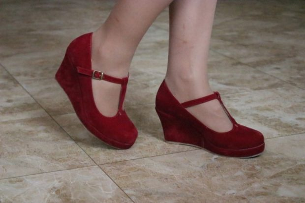 туфли с застежкой красные замша на танкетке