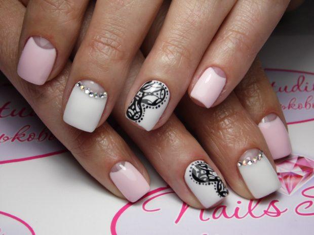 Лунный маникюр белый с розовым украшен стразами