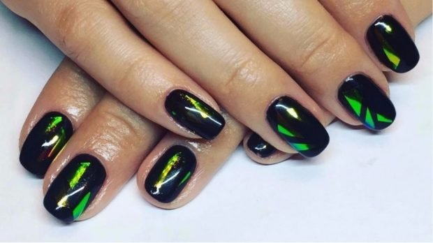 Маникюр битое стекло черный с зеленым