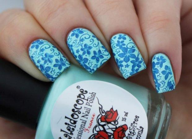 стемпинг белый с голубыми цветами