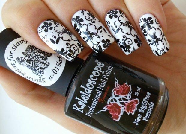 Маникюр стемпинг белый с черными цветами