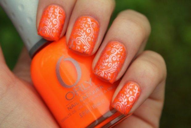 Маникюр стемпинг оранжевый с серебром