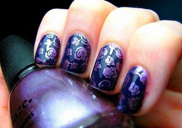 Маникюр стемпинг темно-фиолетовый с розами