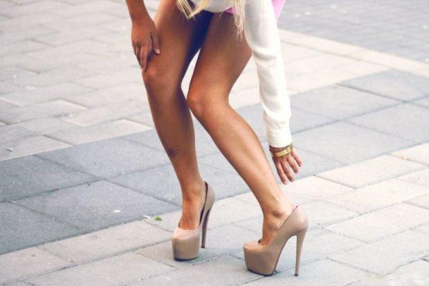 лабутены светлые под короткую юбку