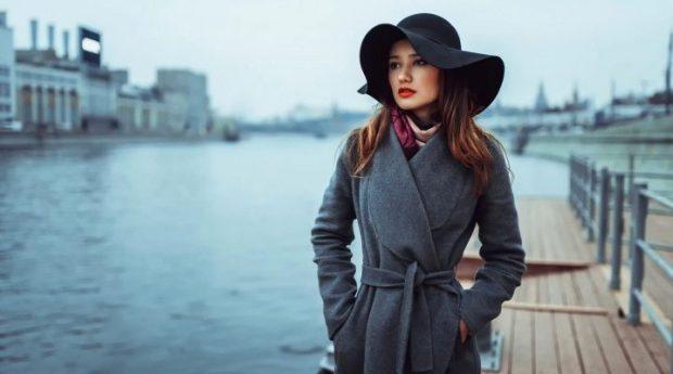 серое пальто с поясом