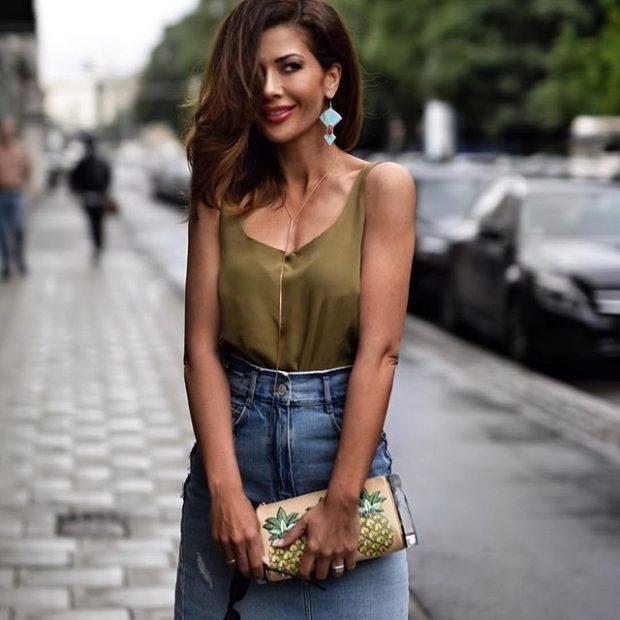 зеленая майка и джинсовая юбка