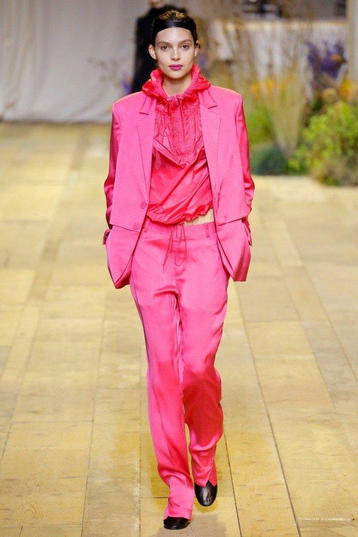 ярко розовый костюм