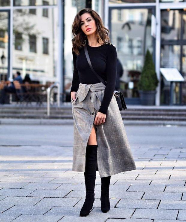 юбка с разрезом серого цвета и черная кофта
