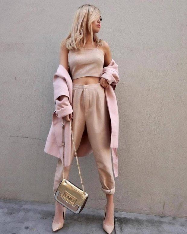 Мода весна лето 2019 для женщин за 30: бежевые брюки короткие топ в тон под пальто розовое