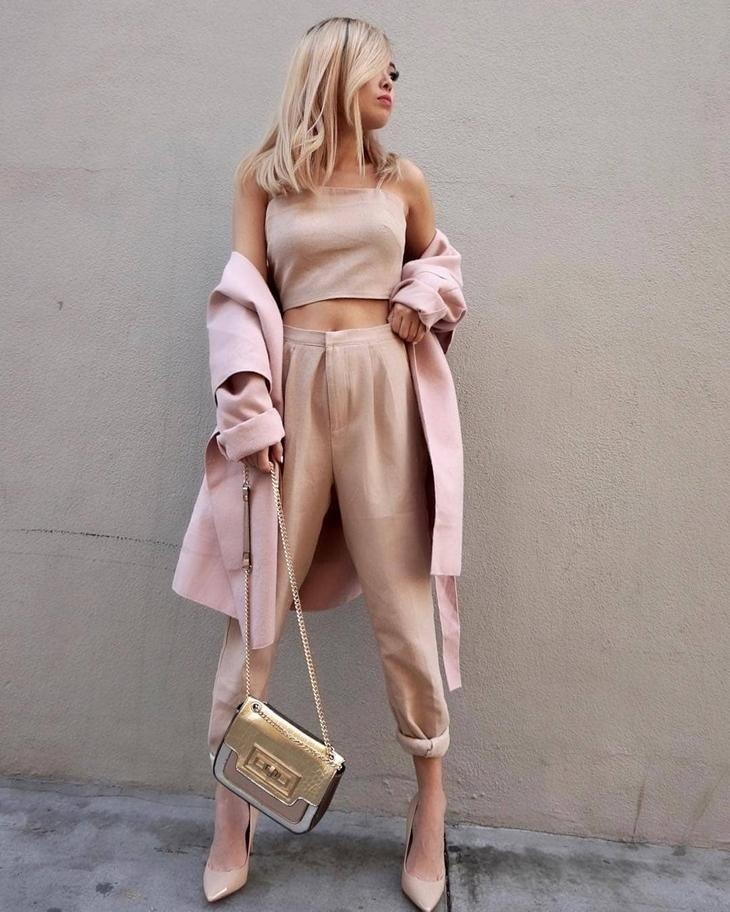 бежевые брюки короткие топ в тон под пальто розовое