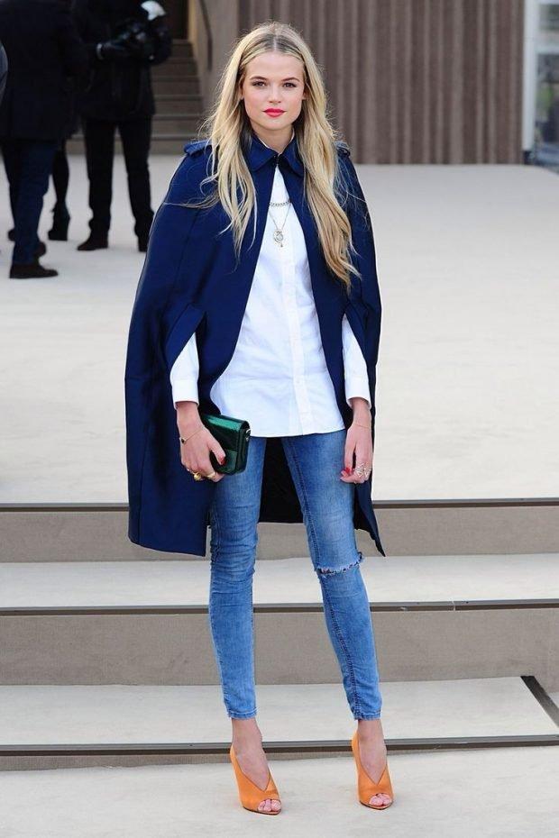 Мода весна лето 2019 для женщин за 30: джинсы классические под блузку белую и пальто синее