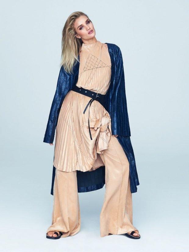 Мода весна лето 2019 для женщин за 30: бежевые штаны широкие под тунику в тон кардиган синего цвета