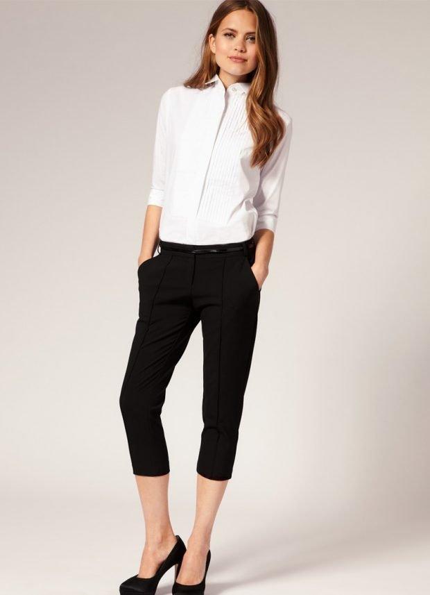 Мода весна лето 2019 для женщин за 30: черные бриджы под белую блузку
