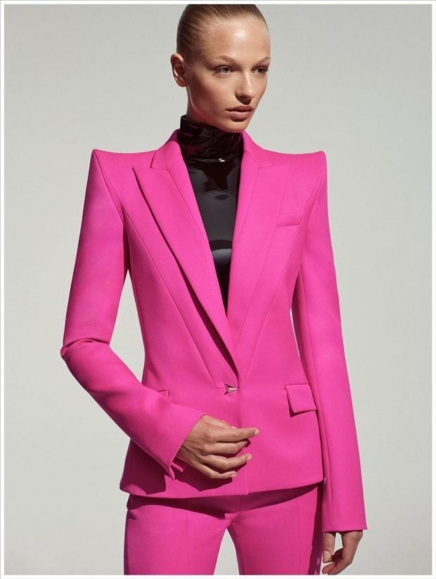 яркий розовый брючный костюм