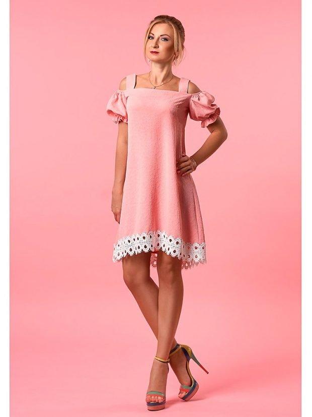 бледно-розовое платье с открытыми плечами