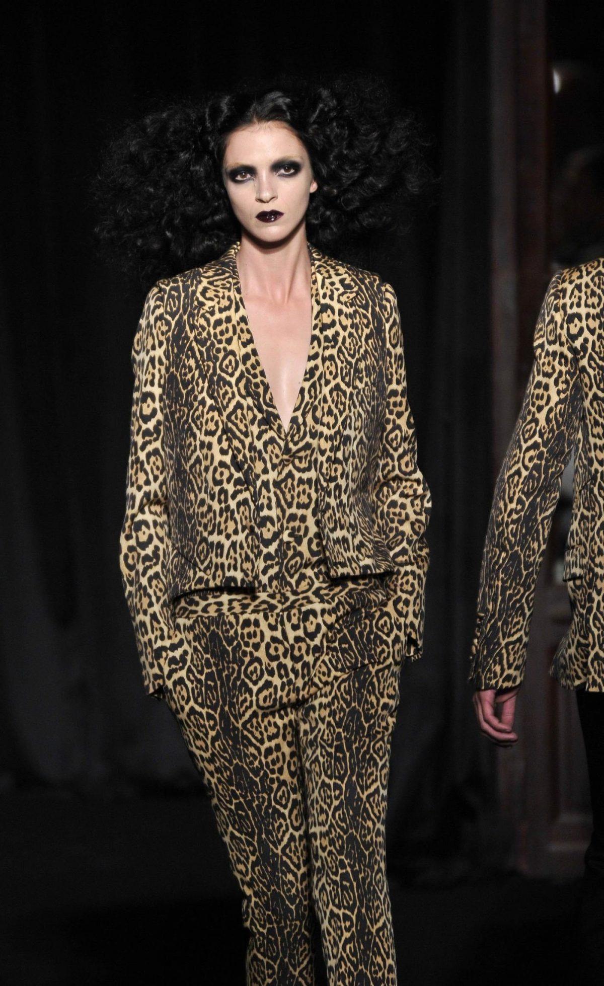 костюм брючный тигровый