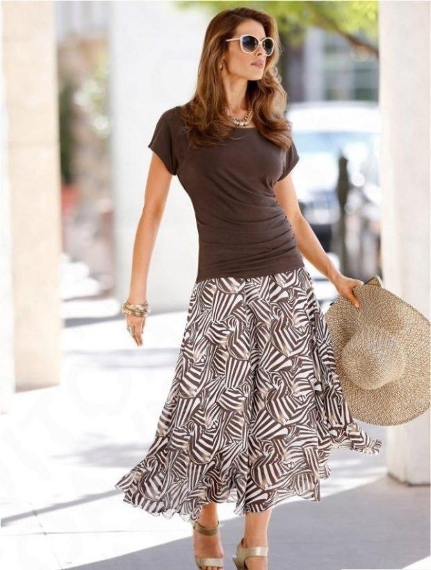 коричневая футболка и юбка