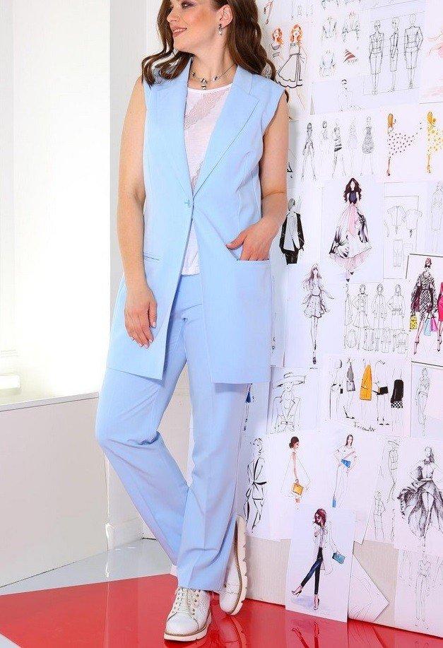 голубые брюки и пиджак без рукава