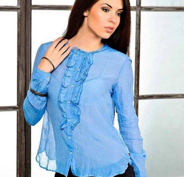 голубая блузка с жабо
