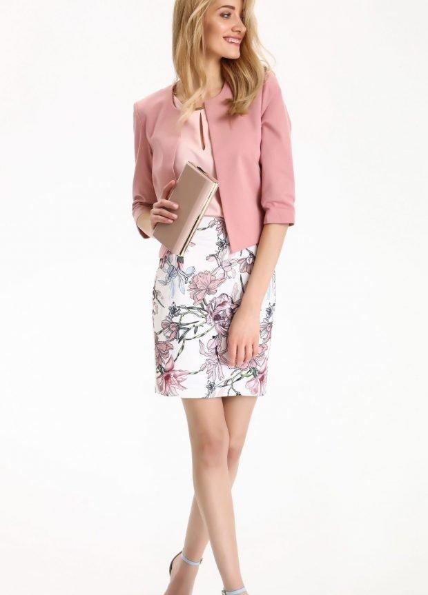 платье в цветы под розовый жакет