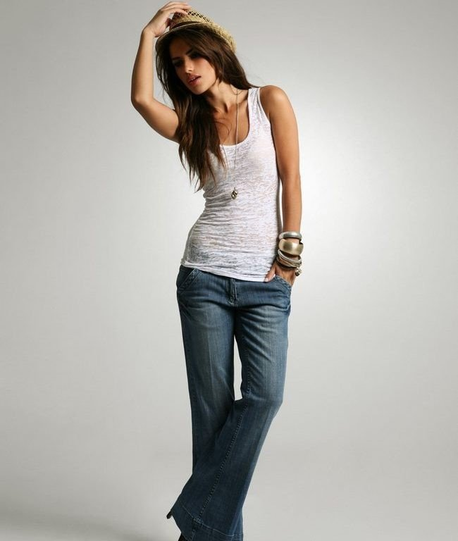 джинсы клеш под белую майку