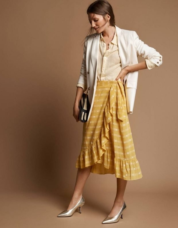 желтая юбка с воланами под белый жакет