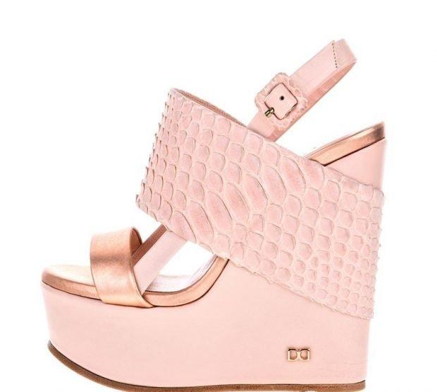 женская обувь весна лето 2020: розовые босоножки на танкетке