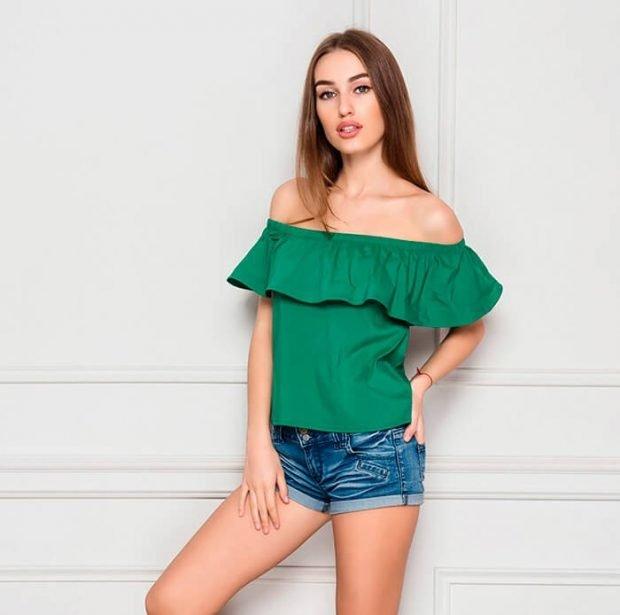 Блузка с открытыми плечами зеленая