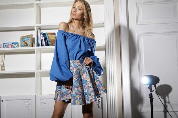 Блузка с открытыми плечами синяя широкий рукав