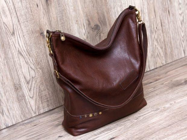 сумка хобо коричневая с заклепками
