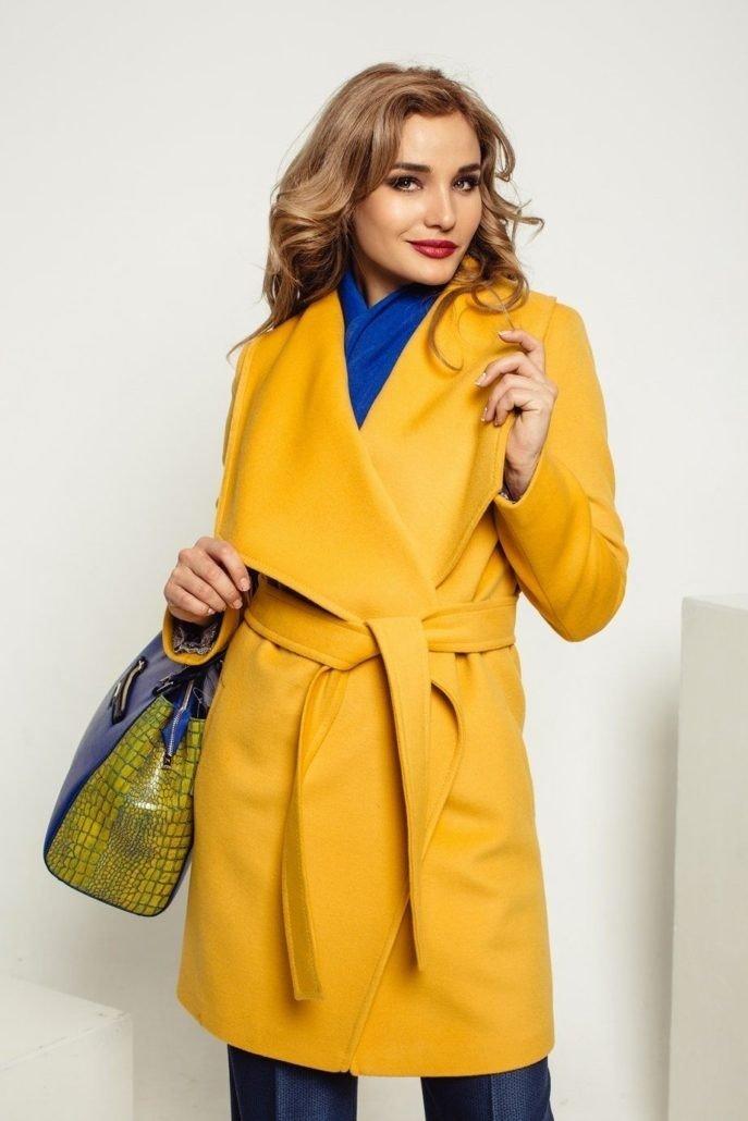 пальто желтое с ремнем