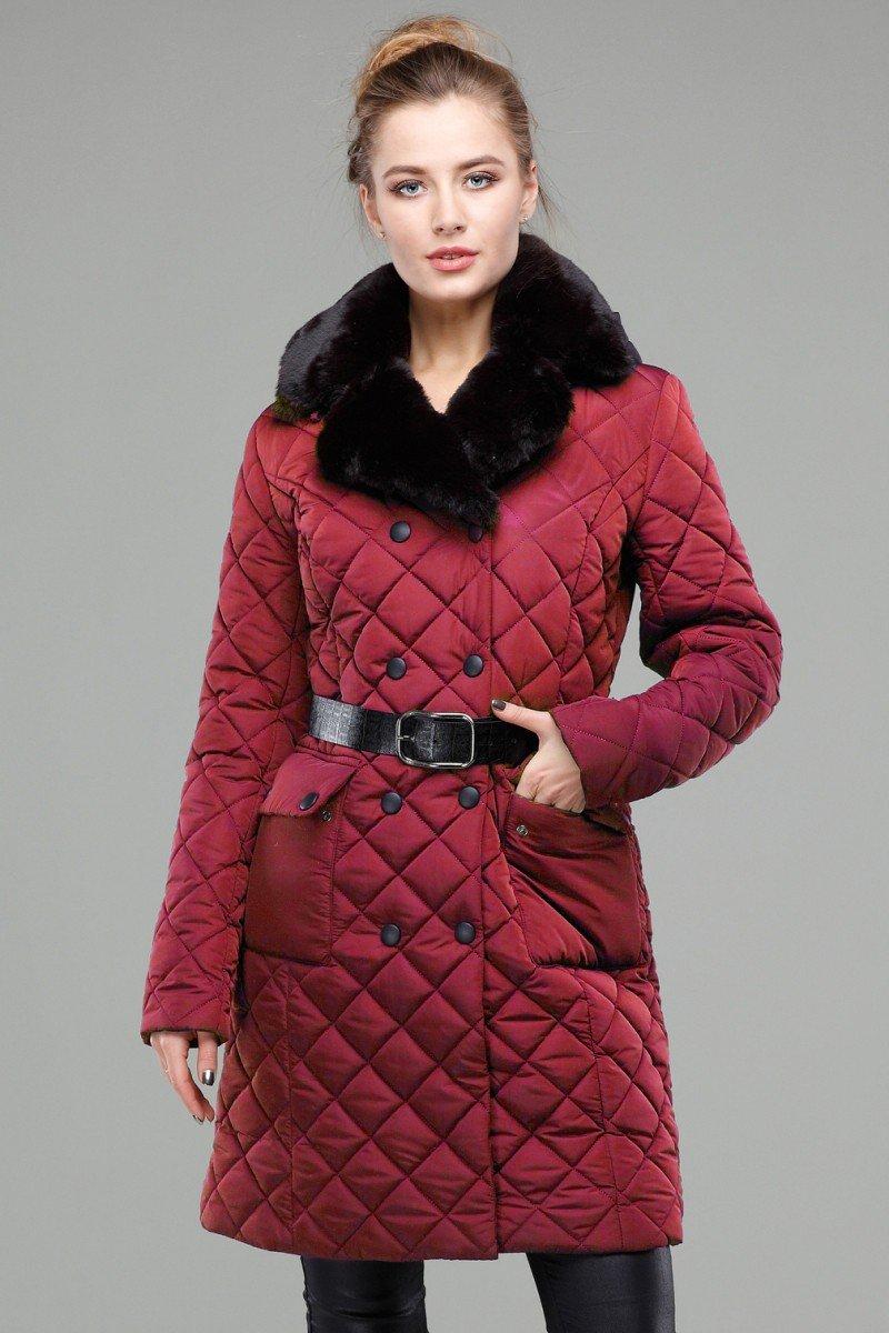 стеганное пальто красное с меховым воротом