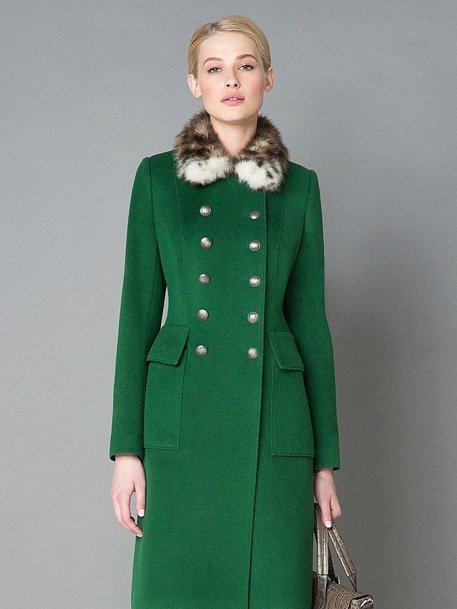 пальто двубортное с меховым воротом зеленое
