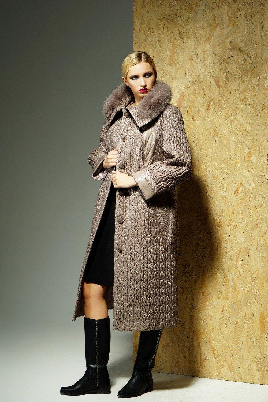 стеганное пальто коричневое меховой ворот длина миди
