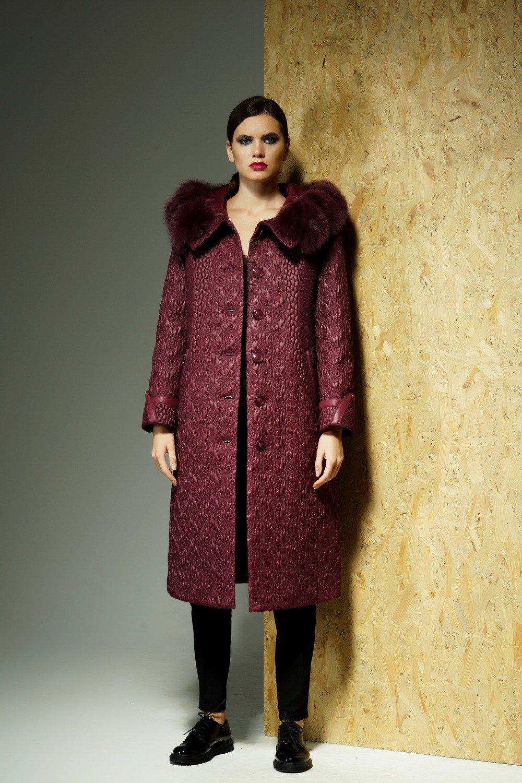 стеганное пальто красное меховой ворот