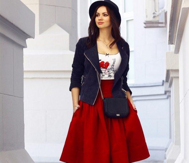 модные тенденции весна лето 2021 красная юбка солнце под жакет темный