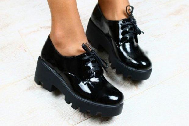 черные лаковые туфли на тракторной подошве