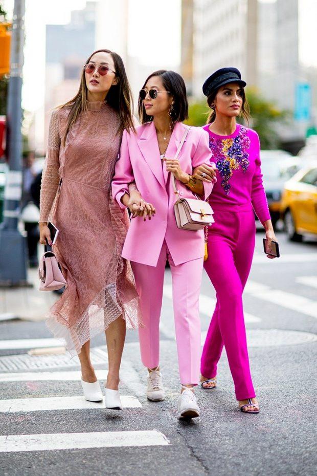 нежно-розовое платье розовый брючный костюм малиновый костюм